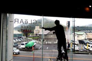 14 300x200 - 美容室の窓ガラスのカッティング施工を担当しました。