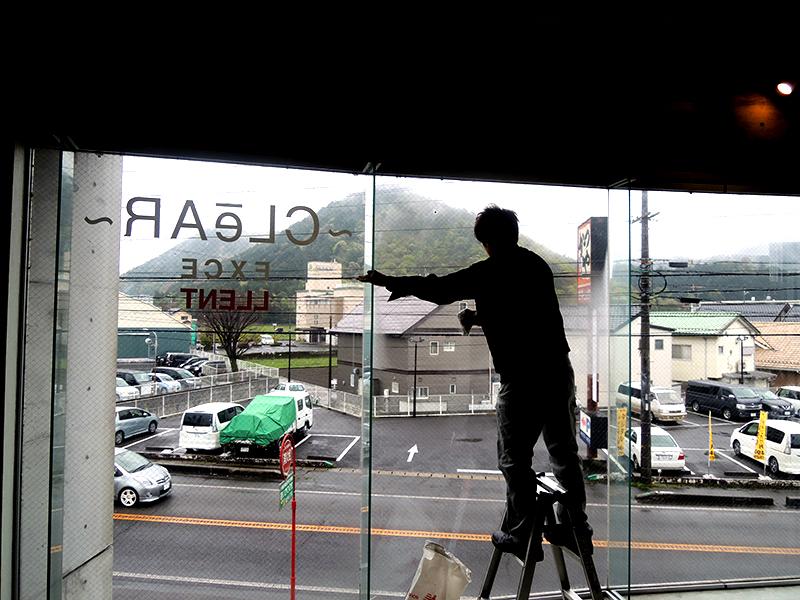 14 - 美容室の窓ガラスのカッティング施工を担当しました。