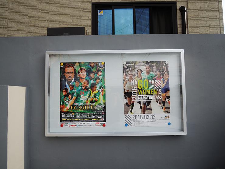 271219 2 - 新聞店の壁面掲示板・ペットショップの看板の取り付けを担当いたしました。