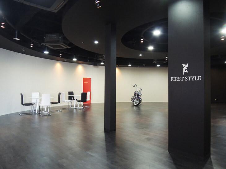 280516 中 柱張り - バイクショップ様のLED看板、店内看板の制作及び施工を担当しました。