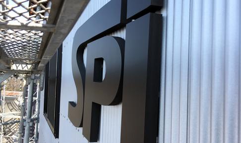 カルプ文字 アイキャッチ 486x290 - 【岐阜県各務原市】新しく建設された法人様の倉庫に、カルプ文字で会社のロゴの取り付けを行いました。