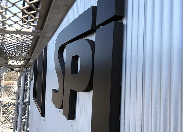 カルプ文字 アイキャッチ - 【岐阜県各務原市】新しく建設された法人様の倉庫に、カルプ文字で会社のロゴの取り付けを行いました。