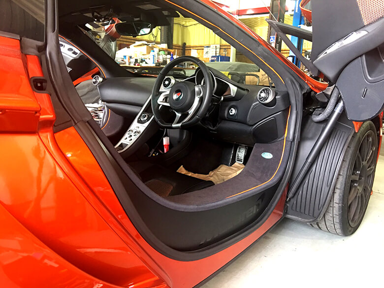 r010518 外車 カッティングシート2 - 【カッティングシート】訪問看護様の窓ガラスに貼るカッティングシートの制作、高級車にカッティングシートの装飾を行いました。