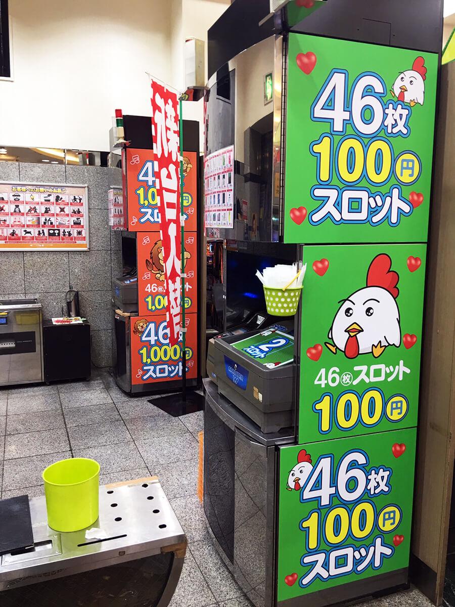 岐阜県 パチンコ 幕板看板 - 【岐阜県岐阜市】パチンコ店のレート変更にともない、店内の内装シート看板の貼り替えを担当いたしました。